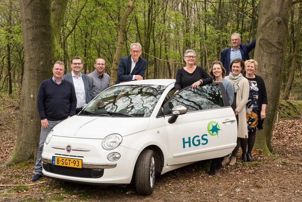 Groepsfoto bij auto HGS